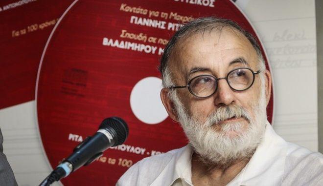 """Ο Θάνος Μικρούτσικος στην παρουσίαση της συλλεκτικής έκδοσης του βιβλίου - CD """"Καντάτα για τη Μακρόνησο - Σπουδή σε ποιήματα του Βλαδίμηρου Μαγιακόφσκι"""""""