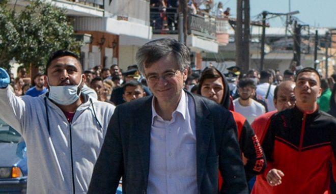 Ο καθηγητής Σωτήρης Τσιόδρας επικεφαλής κλιμακίου του ΕΟΔΥ στον οικισμό Ρομά Ν.Σμύρνης στην Λάρισα που έχει τεθεί σε καραντίνα λόγω κρουσμάτων κορονοϊού,Παρασκευή 10 Απριλίου 2020 (EUROKINISSI/ΛΕΩΝΙΔΑΣ ΤΖΕΚΑΣ)