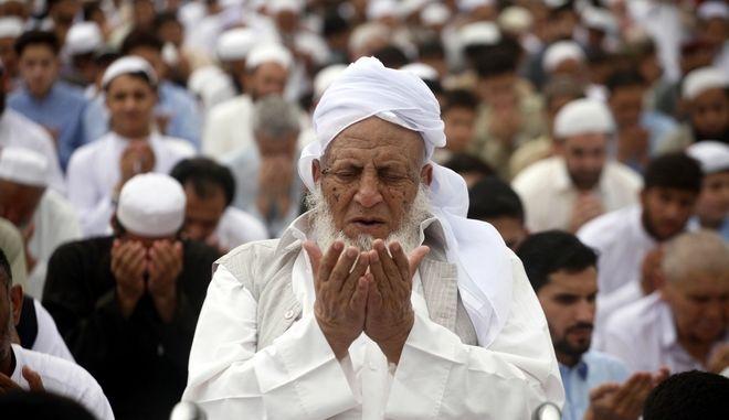 Πιστοί στο Πακιστάν προσεύχονται καθώς ξεκινούν οι τριήμεροι εορτασμοί του Eid al-Fitr που ολοκληρώνει την μεγάλη γιορτή του μουσουλμανισμού το Ραμαζάνι