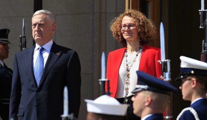 Ο Αμερικανός υπουργός Άμυνας Τζιμ Μάτις και η Σκοπιανή ομόλογός του Ραντμίλα Σεκερίνσκα