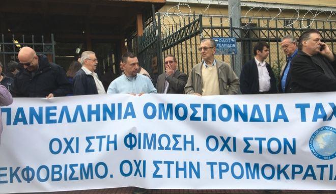 Στην Ευελπίδων οι οδηγοί ταξί - Στάση εργασίας μέχρι τις 16:00