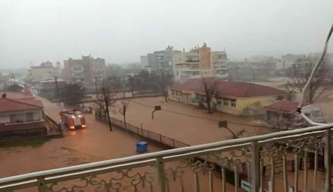 Πλημμύρισε ο Έβρος: Πυροσβεστική μεταφέρει εγκλωβισμένους μαθητές και νήπια
