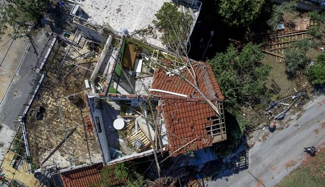 """Κακοκαιρία στην Χαλκιδική: """"Όλα έγιναν σε δευτερόλεπτα, έπεσε η στέγη πάνω μας"""" - Μάχη για την αποκατάσταση των ζημιών"""