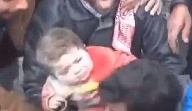 Συγκλονιστικό βίντεο από τη Συρία: Μωρό ανασύρθηκε ζωντανό από τα χαλάσματα