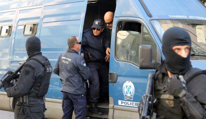Αστυνομικοί του Τμήματος Διαχείρισης Μετανάστευσης της Διεύθυνσης Αλλοδαπών σε επιχείρηση εξάρθρωσης κυκλώματος διακίνησης μεταναστών (Φωτό αρχείου)
