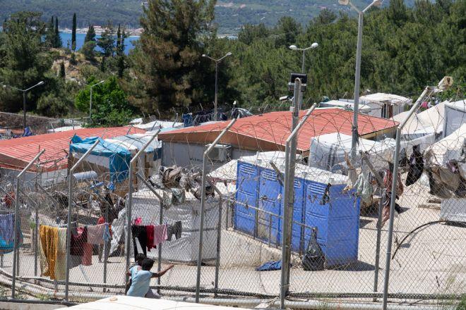 Περίπου 2.000 πρόσφυγες και αιτούντες άσυλο ζουν μέσα και γύρω από το ΚΥΤ της Σάμου, το οποίο έχει σχεδιαστεί για 648 ανθρώπους.