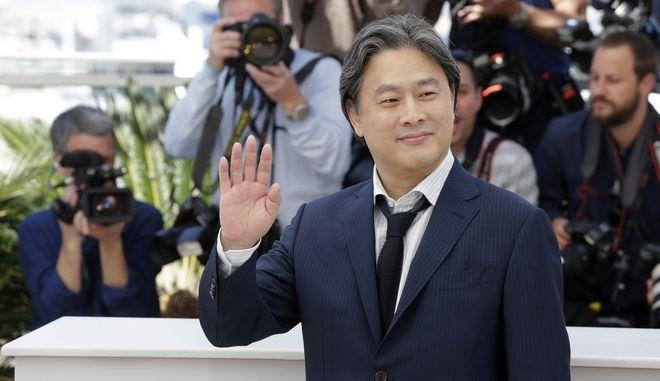 """Ο σκηνοθέτης Park Chan-Wook στο κόκκινο χαλί του 69ου Φεστιβάλ Καννών πριν την προβολή της ταινίας του """"The Handmaiden"""""""