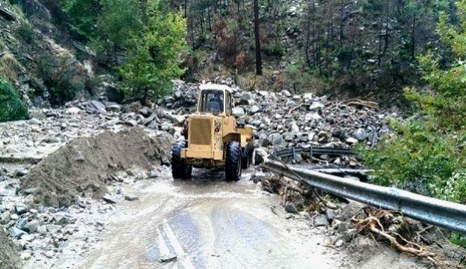 Πλημμύρες και καταστροφές στη Θάσο: Απεγκλωβίστηκαν προσκυνητές από μοναστήρι