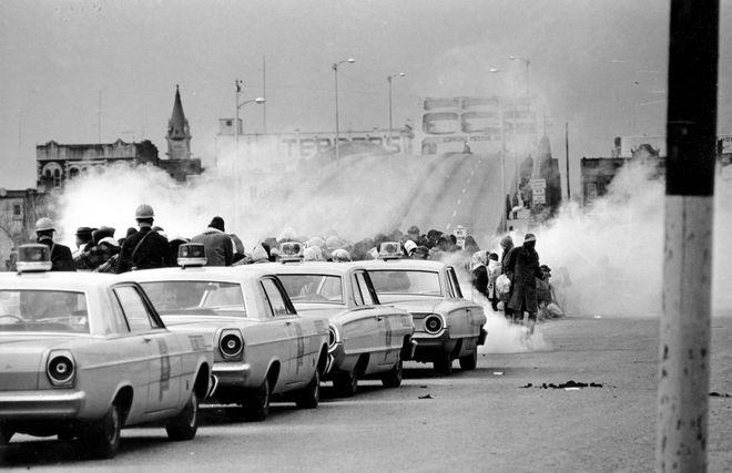 Δακρυγόνα από την επίθεση της αστυνομίας στους διαδηλωτές την