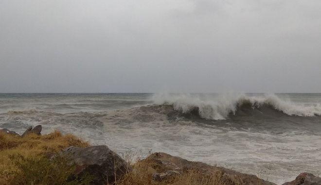 Η Κακοκαιριά χτυπάει όλη τη Ελλάδα  Στην Καλαμάτα. Κλειστή η παραλιακή οδός από τα κύματα που έφθασαν μέχρι τον δρόμο