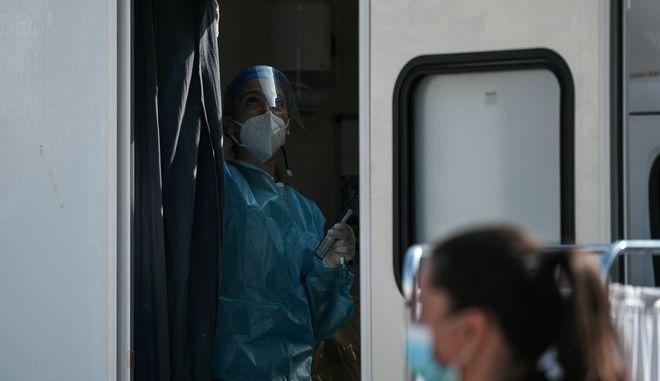 Συνεχίζονται τα τεστ κορονοϊού από Κινητές Ομάδες Υγείας (ΚΟΜΥ), προκειμένου να ελεγχθεί όσο ο δυνατόν μεγαλύτερο μέρος του πληθυσμού σε πολλές περιοχές της χώρας.