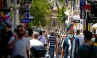 Πολίτες στην οδό Ερμού.