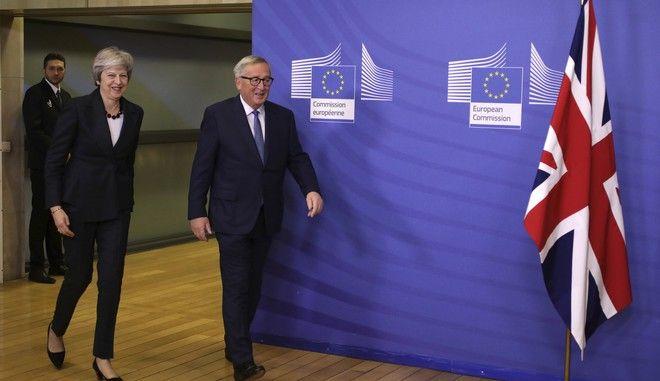 Ο πρόεδρος της Κομισιόν Ζακ Κλοντ Γιούνκερ και η Βρετανίδα πρωθυπουργός στις Βρυξέλλες