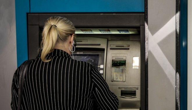 Γυναίκα σε ATM