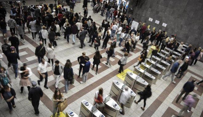 Από σήμερα Παρασκευή 27 Οκτωβρίου 2017 προσθέτονται κι άλλα εκδοτήρια ηλεκτρονικών εισιτηρίων και καρτών για τα μέσα μαζικής μεταφοράς. Συνεχίζεται η ταλαιπωρία του κόσμου. (EUROKINISSI//Λυδία Σιώρη)