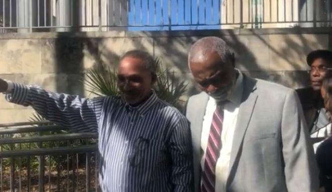 Οι δύο άνδρες μετά την απόσυρση της καταδίκης τους μετά από 42 χρόνια στη φυλακή
