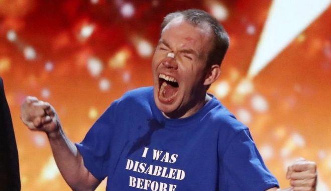 """Ο Lost Voice Guy πανηγυρίζει για την ανακοίνωση στο """"Βρετανία Έχεις Ταλέντο"""" που τον αναδεικνύει νικητή"""