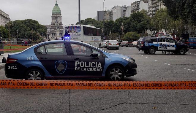 Εικόνα από το σημείο της επίθεσης που δέχτηκε ο βουλευτής και ο σύμβουλός του στο κέντρο του Μπουένος Άιρες