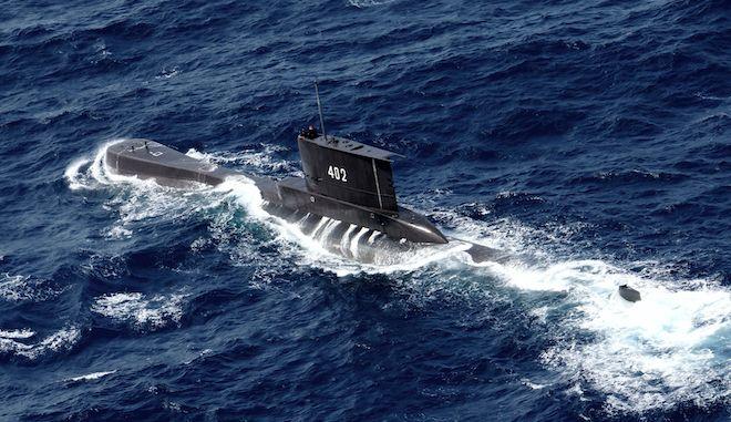 Το υποβρύχιο του Ινδονησιακού Ναυτικού KRI Nanggala πλέει στα νερά του Tuban, Ινδονησία