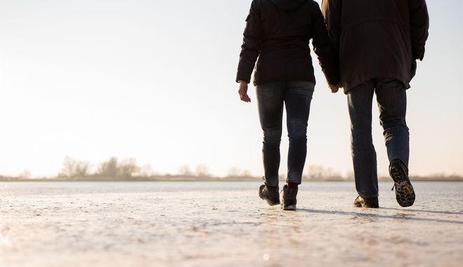 Ζευγάρι κάνει βόλτα