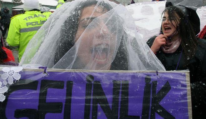Διαδηλώτρια σε συγκέντρωση στην Τουρκία για τα δικαιώματα των γυναικών