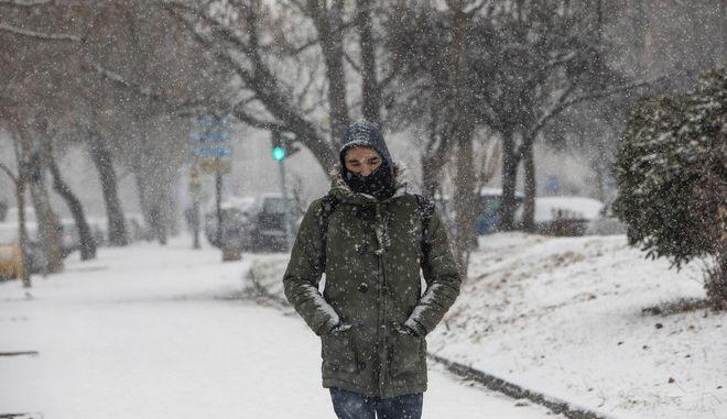 Νεαρός άντρας περπατά στο κρύο.