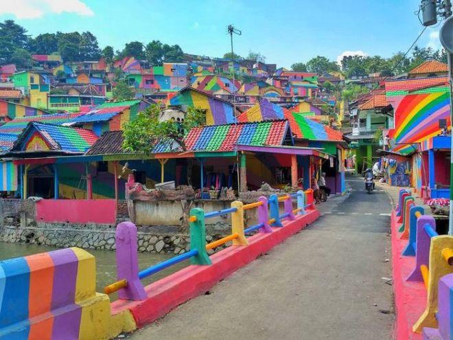 Πώς μια παραγκούπολη μεταμορφώθηκε σε πολύχρωμο χωριό