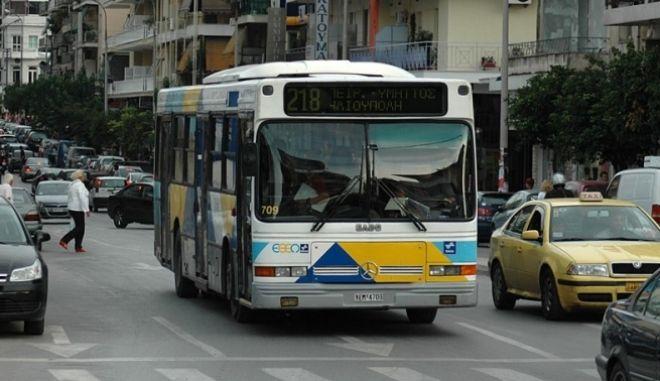 Νεαροί ξυλοκόπησαν οδηγό λεωφορείου στην Καλλιθέα για μπλόκαρε η μία πόρτα