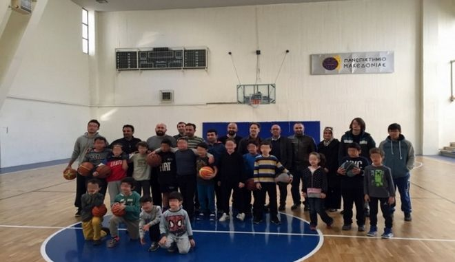 Προσφυγόπουλα στις αθλητικές εγκαταστάσεις του Πανεπιστημίου Μακεδονίας στη Θεσσαλονίκη.