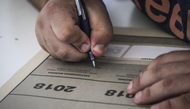 Στιγμιότυπο από εξέταση κατά τη διάρκεια των Πανελλαδικών Εξετάσεων