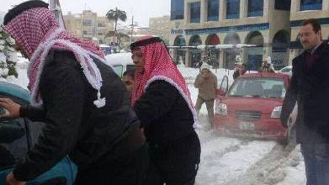 Βίντεο: Ο βασιλιάς της Ιορδανίας βοηθά οδηγό που κόλλησε στο χιόνι