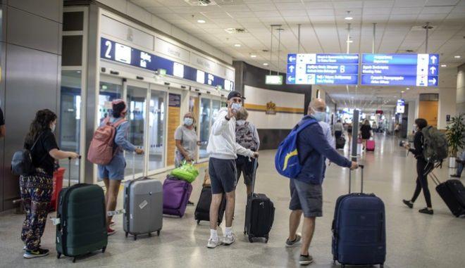 Τουρίστες από το Ηνωμένο Βασίλειο έφτασαν στο Ελ. Βενιζέλος