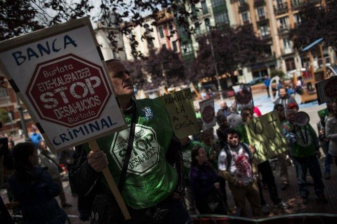Διαδήλωση κατά των εξώσεων στην Ισπανία. Διαδηλωτής με πλακάτ που γράφει