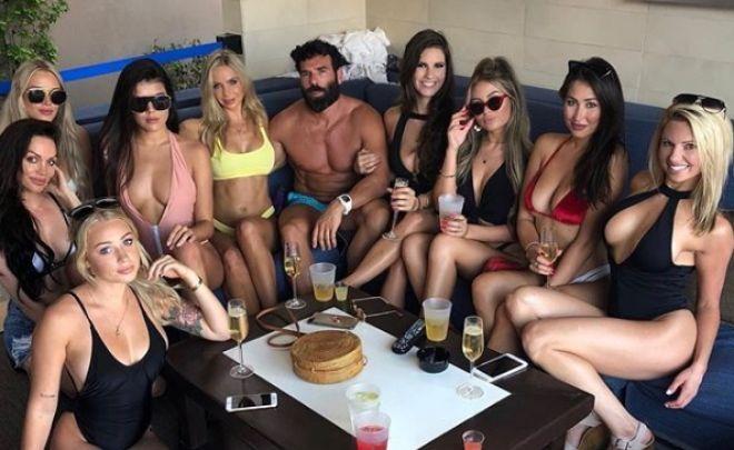Ο Playboy Dan Bilzerian με το χαρέμι του στη Μύκονο
