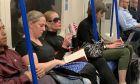 Η γυναίκα που έπινε το τζινάκι της στο Μετρό και τσάντισε τη διοίκηση
