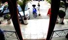 """Επίθεση με βιτριόλι: Κάμερα """"έπιασε"""" τη γυναίκα που το έριξε στην 34χρονη (Vid)"""