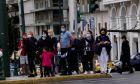 Ένταση στο Σύνταγμα - Αρνητές μάσκας προσπάθησαν να καταθέσουν στεφάνι